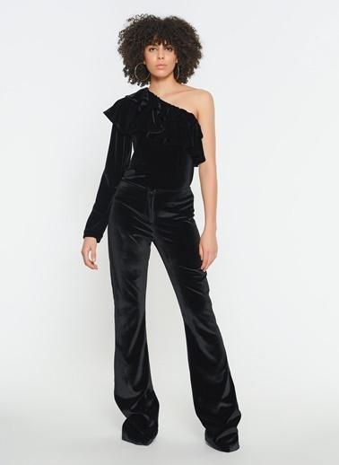 Zeynep Ökmen Tek Omuzlu Omuzda Volan Detaylı Kadife Bluz Siyah